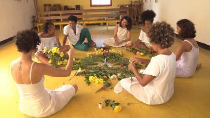 Coletivo feminino mostra sua tradição ao preparar oferendas para Iemanjá