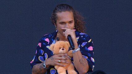 Fã joga urso no palco e Vitão canta agarrado com o bicho de pelúcia