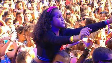 Criança se diverte em show de Vitão no FV