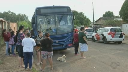 Manifestantes impedem saída de ônibus do transporte escolar durante protesto em Bauru