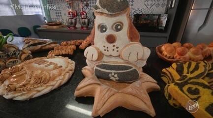 Pedro Leonardo confere esculturas feitas com massa de pão