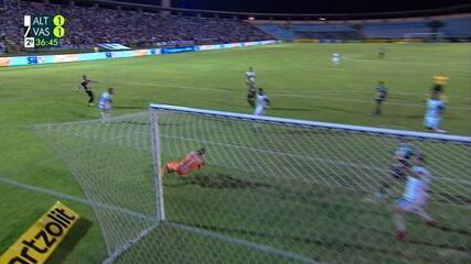 Vasco chega com 5 jogadores no ataque e Pikachu chuta para defesa de Rodrigo Ramos, aos 36' do 2ºT