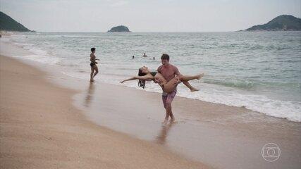 Rita e Filipe namoram na praia