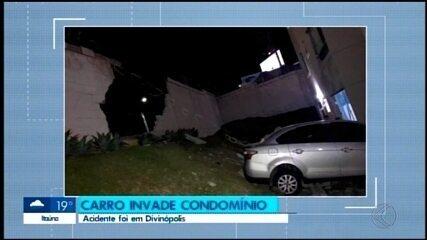 Carro invade condomínio às margens da BR-494 em Divinópolis