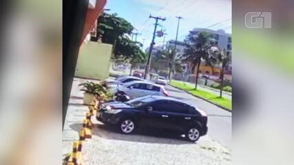 Vídeo mostra momento em que PM é baleado e morto dentro de carro no RJ