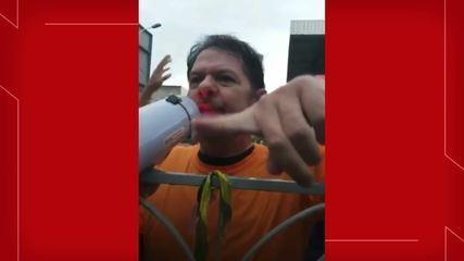 Antes da confusão, Cid Gomes conversou com os policiais em frente ao bloqueio montado no quartel militar