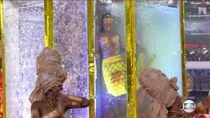 Viradouro leva sereia dentro de aquário para a Sapucaí