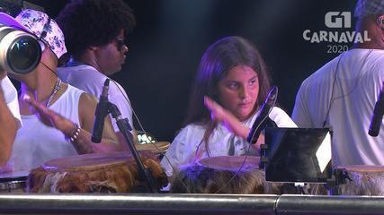 Filho de Ivete Sangalo toca percussão no circuito Barra-Ondina