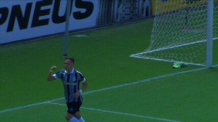 Gol do Grêmio! Diego Souza faz a parede e toca para Alisson, que lança Pepê. O atacante recebe livre na área e toca na saída de Carné para abrir o placar aos 8 do 1º tempo