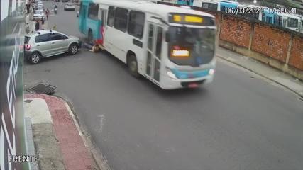 Ciclista de 56 anos morre atropelado por ônibus em Guarapari; veja vídeo