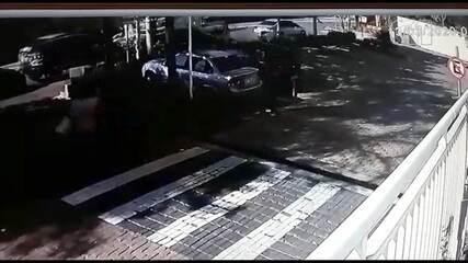 Caminhão desgovernado prensa carro em poste em Jundiaí