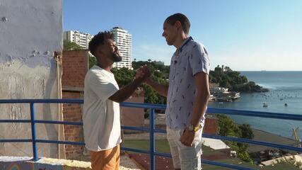 Lucas Almeida conhece as belezas da comunidade Vila Brandão, em Salvador