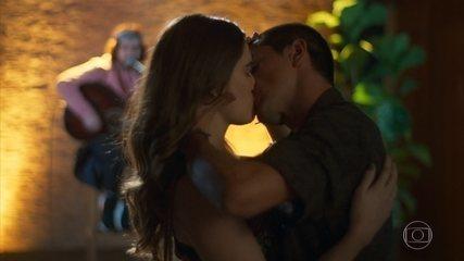 Téo diz a Luna/Fiona que está apaixonado por ela e a beija