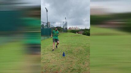 Luan, do Palmeiras, mostra treinamento durante paralisação do futebol brasileiro
