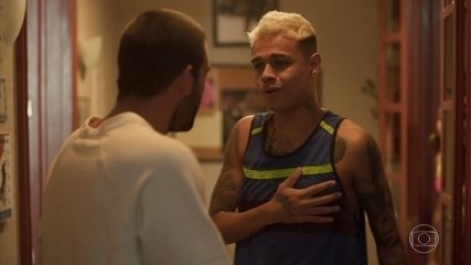 Sandro conta a Farula que o amigo está livre do crime