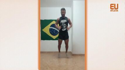 O personal trainer Carlos Ricciotti dá uma aula de Strong by Zumba para ser feita em casa
