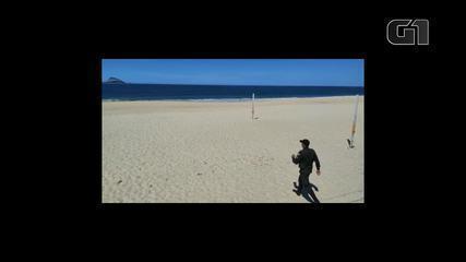 Policiais realizam abordagem na praia do Leblon para retirar banhistas da areia