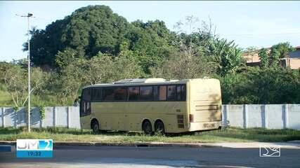 Ônibus fura barreira de prevenção contra a Covid-19 em Estreito
