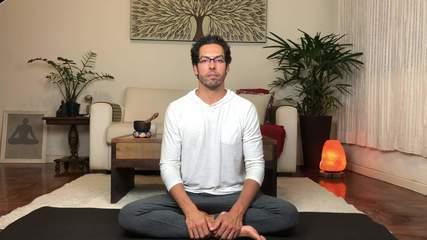 Ansiedade na quarentena: professor de yoga ensina exercícios de respiração