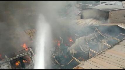 Fogo destrói fábrica de tecido em Ribeirão das Neves