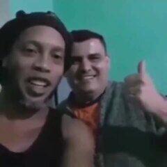 Ronaldinho Gaúcho manda recado para família de colega de prisão no Paraguai