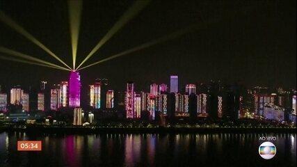 Show de luzes marca o fim dos dias de isolamento em Wuhan, na China