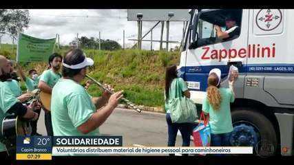 Voluntários distribuem donativos para caminhoneiros