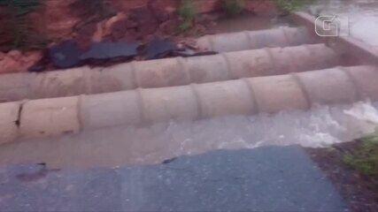 Rodovia PI-112 é destruída pelas águas entre as cidades de Miguel Alves e Porto