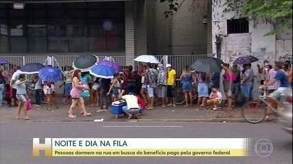 Brasileiros dormem na rua para se cadastrar e ter direito ao auxílio emergencial de R$600