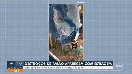 Destroços de avião que caiu em rio na fronteira de SC com o RS aparecem com estiagem
