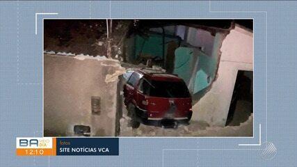 Susto: carro desgovernado invade casa em Vitória da Conquista, sudoeste do estado