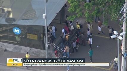 Passageiros só podem embarcar no metrô usando máscara