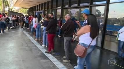 Trabalhadores informais enfrentam filas para receber auxílio de R$ 600 em dinheiro