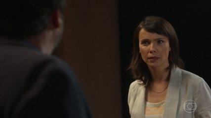 Natalie foge de pauta do programa e é repreendida pelo diretor