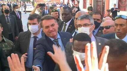 Sem máscara, Bolsonaro cumprimenta apoiadores em cerimônia em Porto Alegre