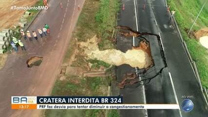 Parte da BR-324 é interditada pela PRF por causa do surgimento de uma cratera na via