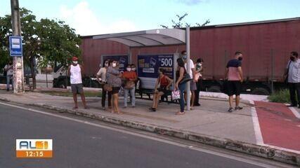 Passageiros enfrentam demora nos terminais e pontos de ônibus em Maceió