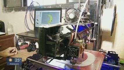 Estudante de 17 anos cria impressora 3D e produz protetores faciais em Araraquara