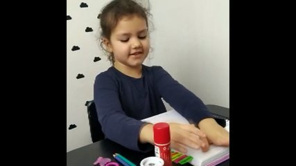 Outra estudante que se diverte assistindo às aulas na internet é a Gabriella de 5 anos