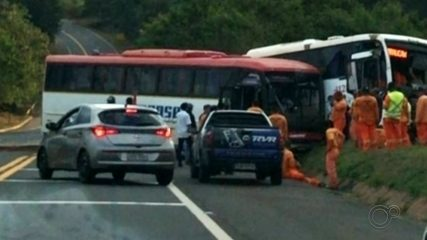 Acidente entre dois ônibus deixa 15 feridos em Lençóis Paulista
