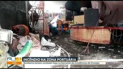 Bombeiros tentam combater fogo no barracão da Acadêmicos do Sossego