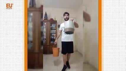 Profissional de educação física, Rafael Roberto mostra exercícios para fazer em casa com garrafas, baldes e malas, entre outros objetos