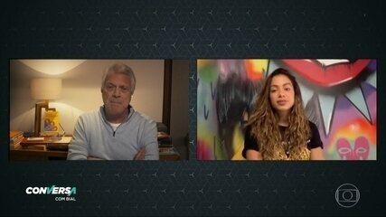 Anitta fala sobre o programa gravado de sua casa e apresenta o namorado para Pedro Bial