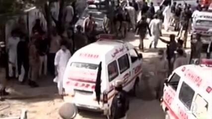 Avião com mais de cem pessoas cai em área residencial em Karachi, no Paquistão