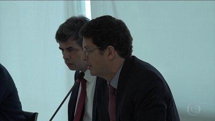 Salles defende mudar regras de proteção ambiental enquanto imprensa se concentra na Covid