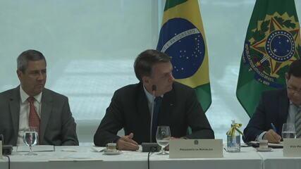 Bolsonaro olha na direção de Moro ao falar em 'interferência'