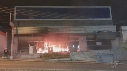 Incêndio atinge prédio desativado em avenida de Sorocaba