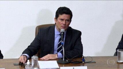 Mensagens mostram que Bolsonaro avisou Moro sobre troca no comando da PF antes de reunião