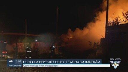 Incêndio de altas proporções atinge depósito de reciclados em Itanhaém