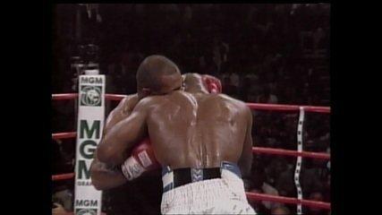Luta recomeça, mas Tyson agora morde orelha esquerda de Holyfield e é desclassificado